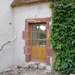 Rénovation avec la conservation des encadrements en pierres rouges